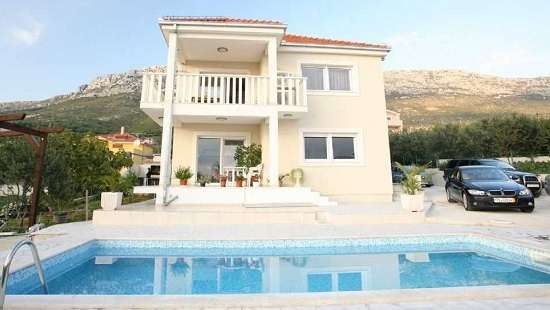 Family Villa with pool and sea view near Split